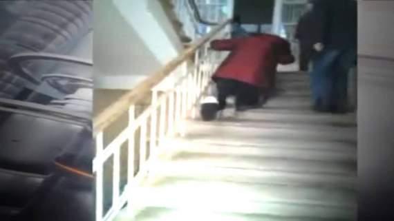 """Ядреная """"сверхдержава"""" Пенсионерка со сломанной ногой ползёт по лестнице на рентген. (видео)"""