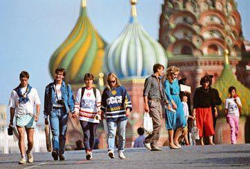 """Интуристы жалуются на москвичей: плюются, грубят, кричат """"Янки гоу хоум"""""""