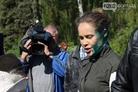 Натаху Королевскую в Славянске облили зеленкой и засыпали мукой. Надо было дегтем и перьями /Фото/