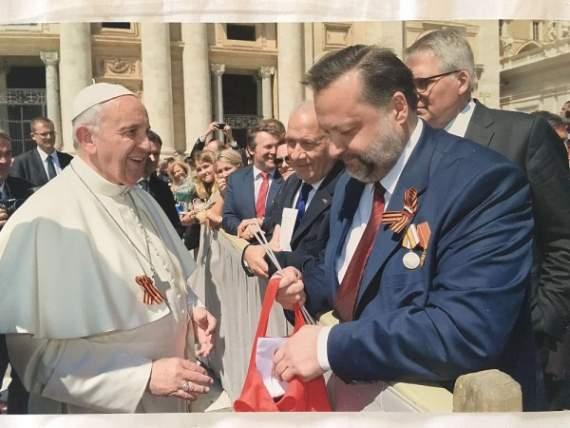 Георгиевская лента уже на груди у Папы Римского.