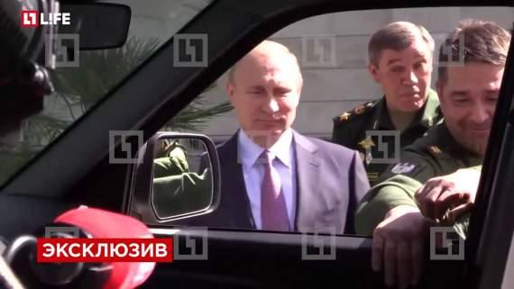 """Во время осмотра военной техники Путин не смог открыть """"УАЗ-Патриот"""" (видео)"""