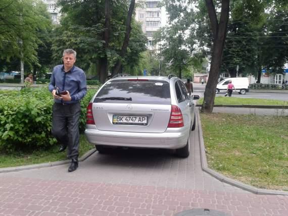 У Рівному екс-начальник поліції нагримав на журналіста за фото порушення ним ПДР (ФОТО)