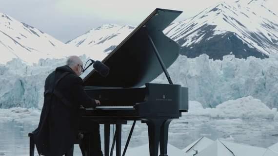 Італійський піаніст Людовіко Ейнауді зіграв на роялі посеред Північного Льодовитого океану /відео/