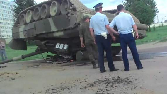 Русские зольдатен настолько суровы, что ездят на танках башнями вниз (видео)