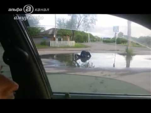 Русский мир: молодые россияне заставили за подаяние инвалида купаться в луже