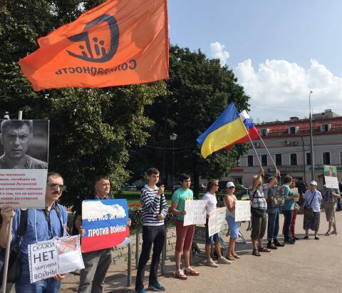 В Москве напали на пикет противников войны с Украиной.