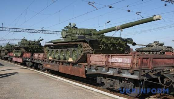 Россия нагнала в Донецк 30 платформ с танками и САУ