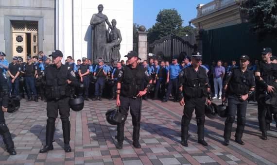 Военные Нацгвардии окружили Верховную Раду Украины (ФОТО)
