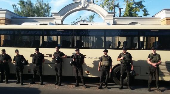 Военные окольцевали дом Порошенко, на Крещатике – военный Майдан (ФОТО)