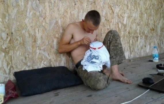 В сети появилось фото «карателя»-вышивальщика из АТО