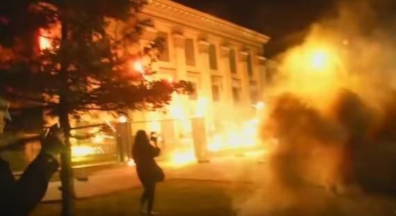 Появилось впечатляющее видео атаки на посольство России в Киеве