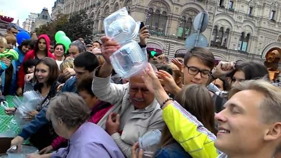 Битва за бесплатный салат на Красной площади /видео/