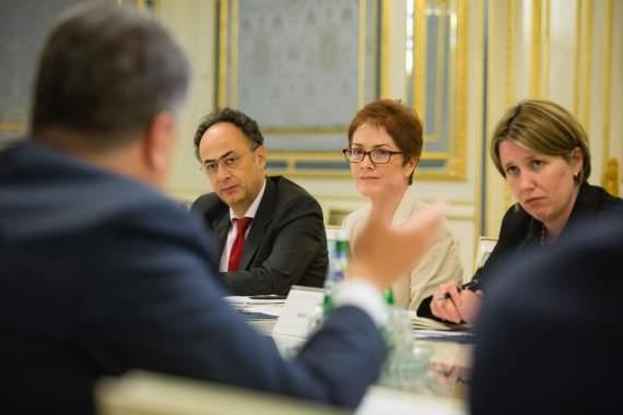 Порошенко призвал мир не признавать парламентские выборы в России