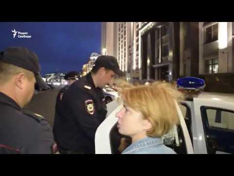 Москва, полиция задерживает людей за чтение Конституции России