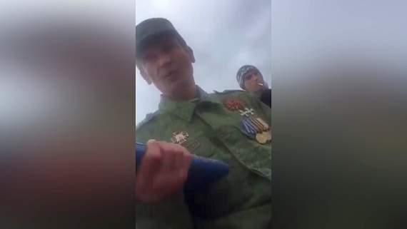 В Донецке «герой» с медалями и крестами на груди кошмарит работников рынка/видео/