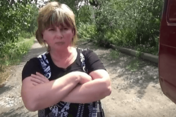 Благодарили виновников: в сети показали, как семьи убитых террористов получали «гуманитарку» из РФ. Опубликованы видео
