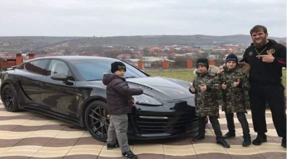 Малолетние сыновья Кадырова подарили своему тренеру Porsche Panamera