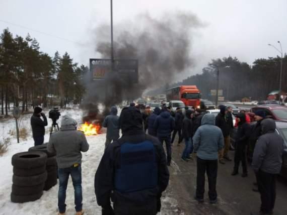 Протестующие блокируют въезды в столицу, Житомирская трасса окутана дымом от шин (фото)