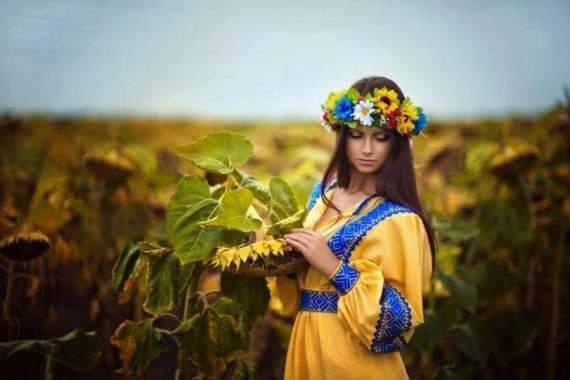 Гімн України виконує скрипалька Марина Бондас в українській Авдіївці