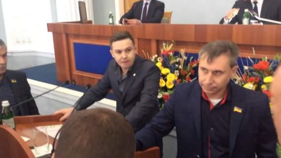 Екс-регіонал відмовлявся розмовляти українською на сесії обласної ради, дивіться, що було дальше (відео 16+)
