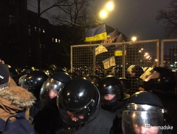 В Киеве возле Администрации президента произошли стычки