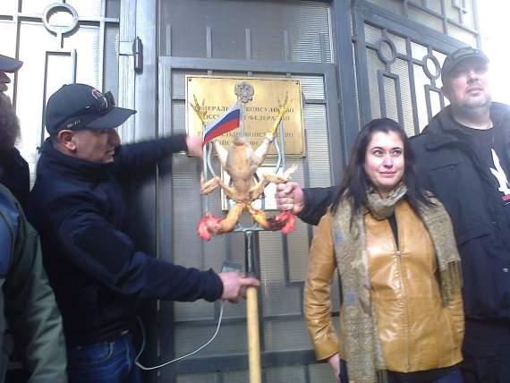 Активисты сожгли двуглавого орла у здания консульства РФ в Одессе.