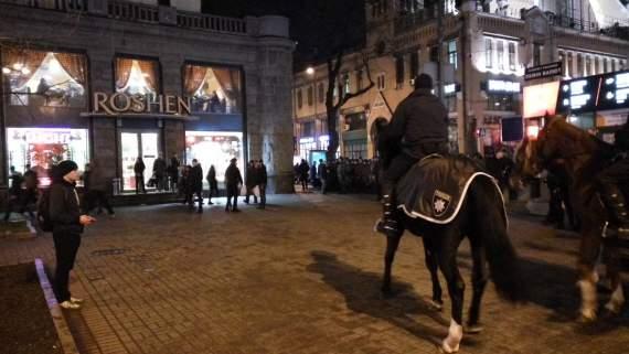 Война, говорите? Вооруженная конная полиция охраняет магазины Порошенко и офис Ахметова /Фото/