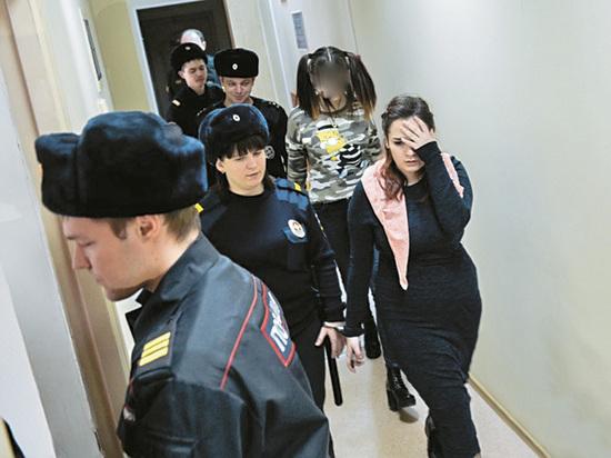 """Духовные скрепы: """"Хабаровские живодерки"""" явились в суд с иконой в руках"""