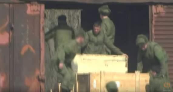 Путин хочет очередного этапа войны с Украиной: Reuters показало сенсационное видео, к украинской границе переброшены десятки танков, солдаты РФ разгружают боеприпасы