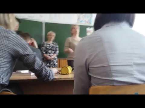 На России за призыв к митингу против коррупции полицаи забрали школьника с урока (видео)