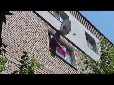Житель дома вывесил флаг России в окне. Соседи этого не простили… ЖЕСТЬ 18+