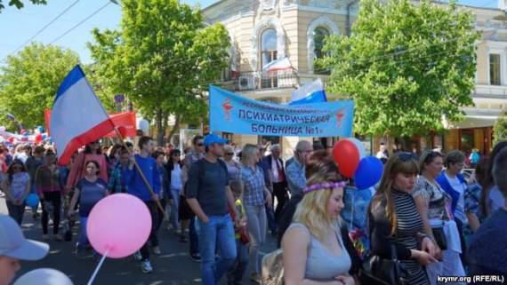Знаковое фото с первомайской демонстрации в Симферополе