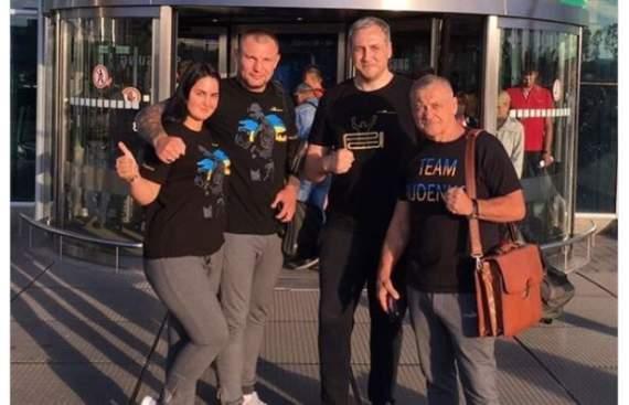 Украинский боксер в Москве показал россиянам, чей Крым: фотофакт