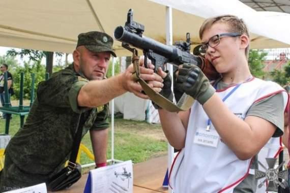 «ДНР» приучает молодежь к войне, — донецкий блогер (фото)