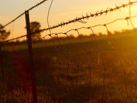 Литва начала строить двухметровый забор на границе с РФ