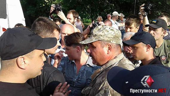Надежду Савченко закидали яйцами в Николаеве (ФОТОФАКТ)