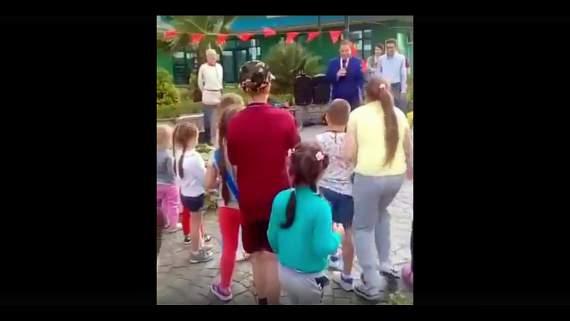 Лишнехромосомия: мэр Сочи швырнул подарки детям на землю. Как собакам. А что нет так? (видео)