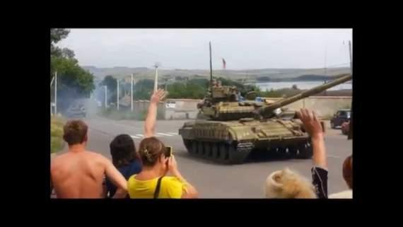 Местные жители радостно встречают российские танки (Донбасс, август 2014 года). АРХИВ