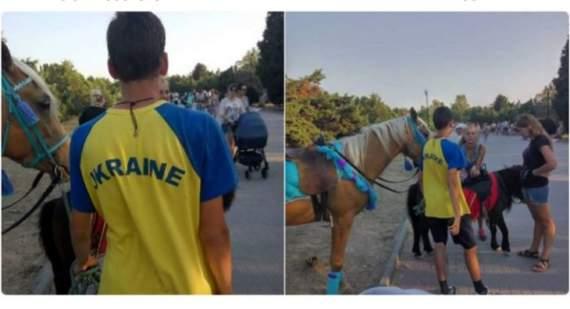 """""""Наши в городе"""": сеть в восторге от парня в футболке Ukraine в центре Севастополя"""