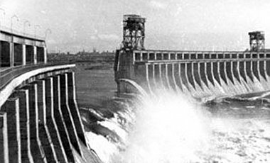 18 августа спецподразделения НКВД взорвали ДнепроГЭС и начали депортацию немцев