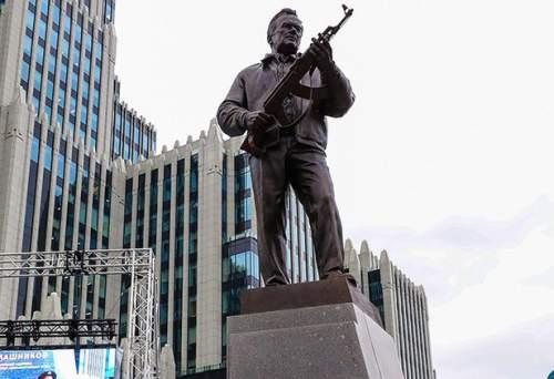Есть ли ошибка на памятнике Калашникову?