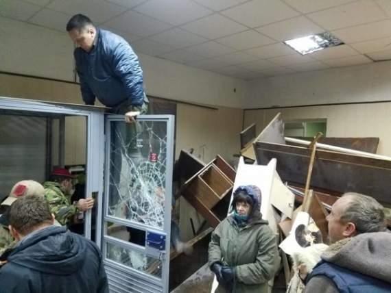 Разбитые стекла и баррикады: националисты из ОУН разгромили Святошинский суд (фото)