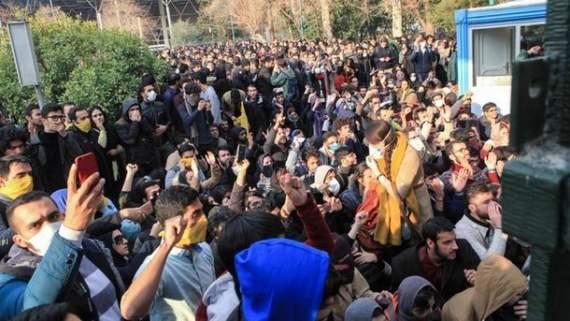"""""""Подарок"""" Путину на Новый год: соцсети горячо обсуждают протесты в Иране"""