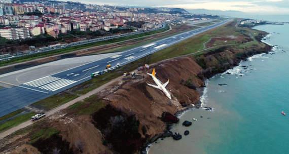Boeing с пассажирами съехал с посадочной полосы в Турции и повис над морем /Фото/