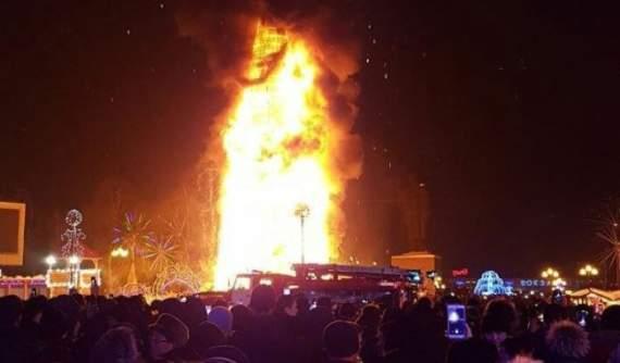 Елочка, гори! В российском Южно-Сахалинске в новогоднюю ночь случайно сожгли елку на главной площади города — ВИДЕО
