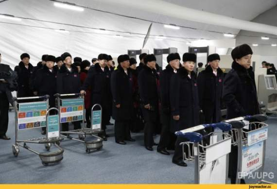 Сборная КНДР прибыла на олимпиаду в костюмах ЦК КПСС