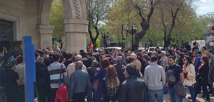 У Вірменії протестувальники увірвалися в будівлю Громадського радіо