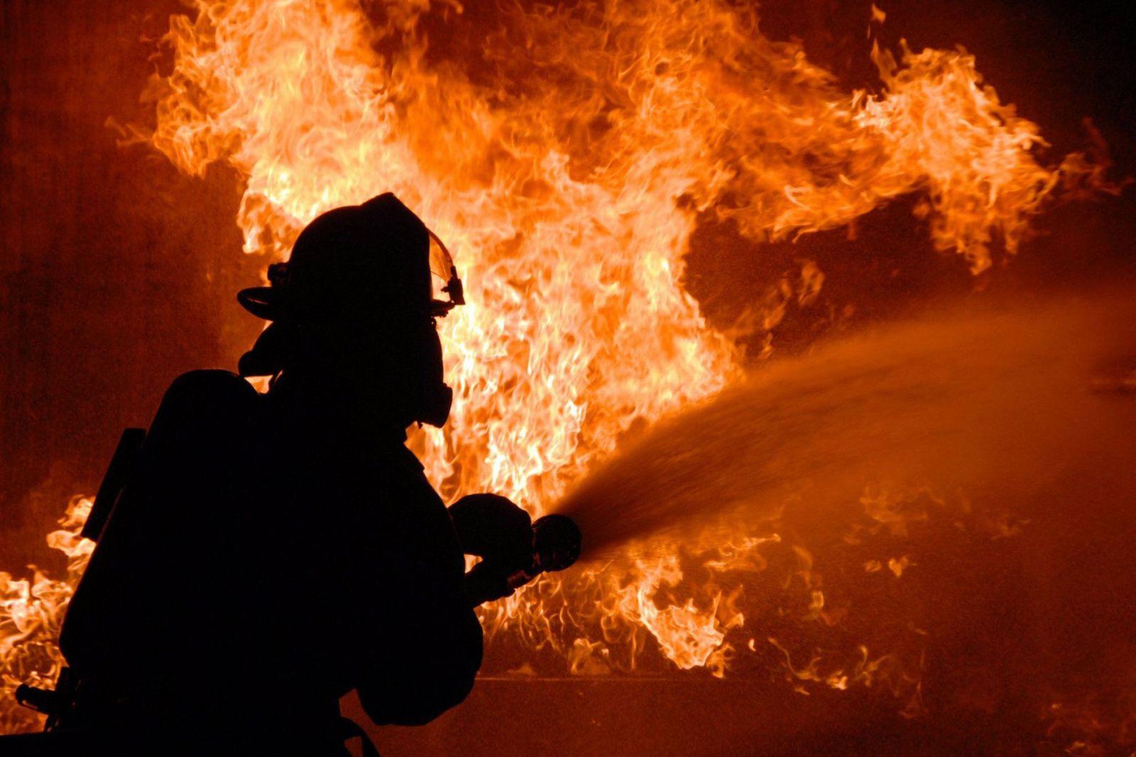 В Донецке произошел сильный пожар, десятки людей эвакуированы