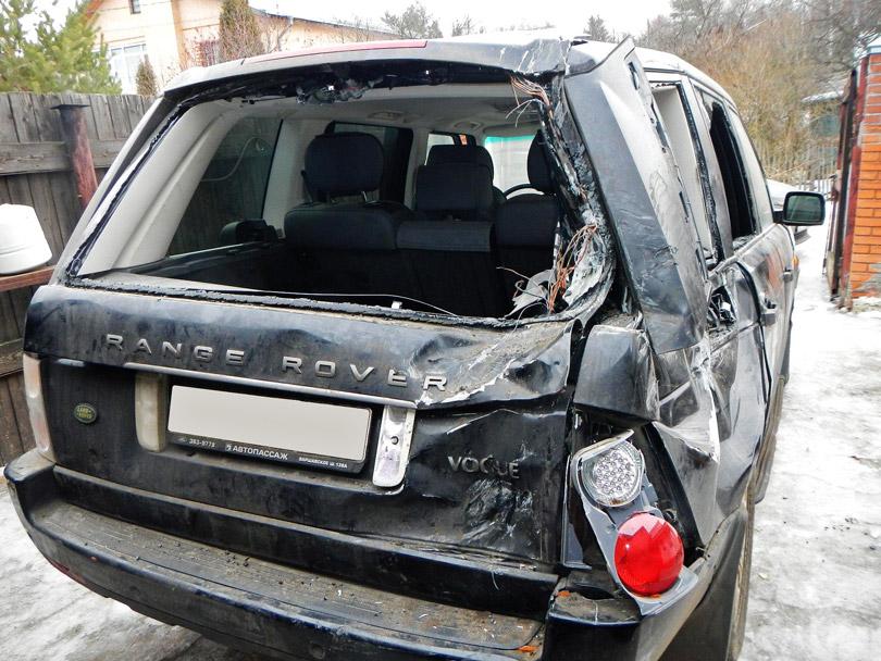 Житель Челябинска, протестуя против британских санкций, разбил кувалдой Range Rover соседа