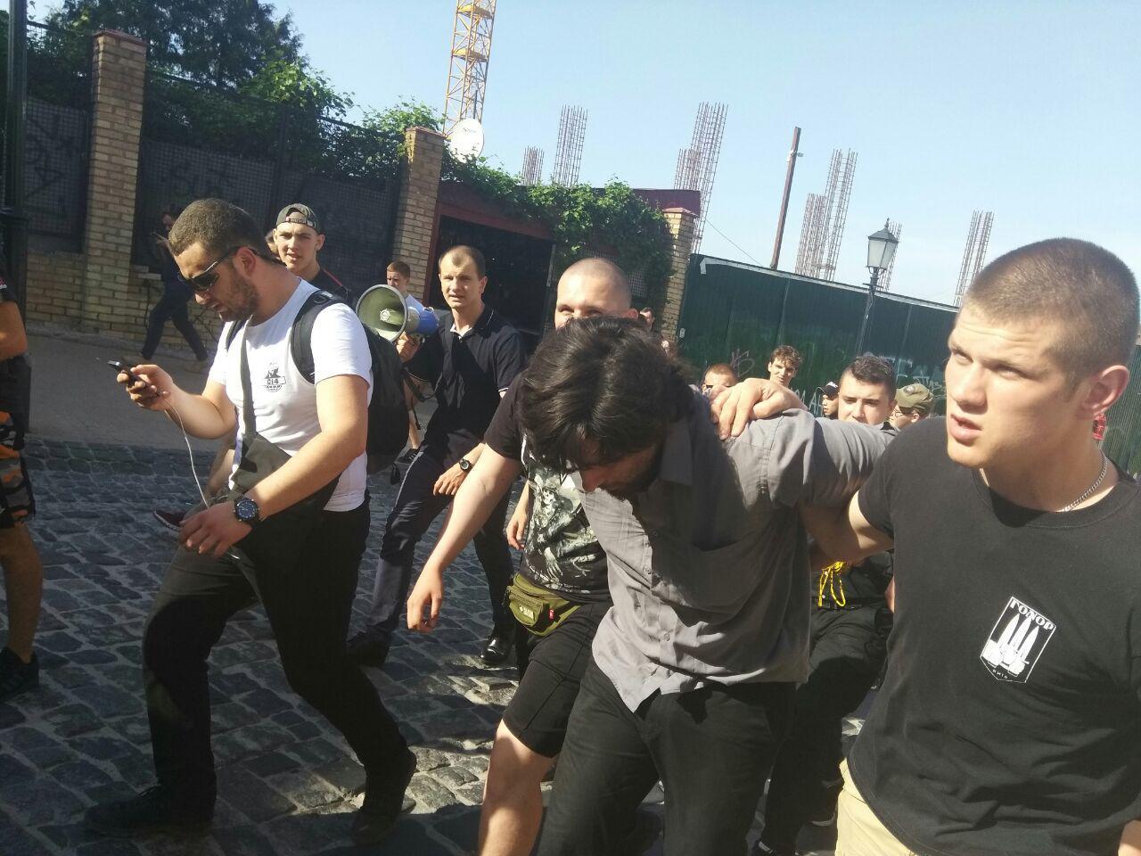 """Бойовика """"ДНР"""" Лусварги націоналісти привели до СБУ"""